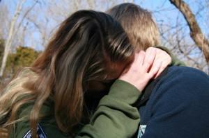 pareja consolando
