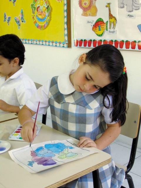 Niña pintando en clase
