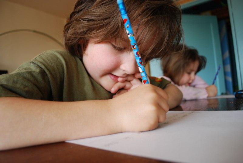 niño-escribiendo-concentrado