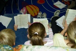 niños-trabajando-en-clase