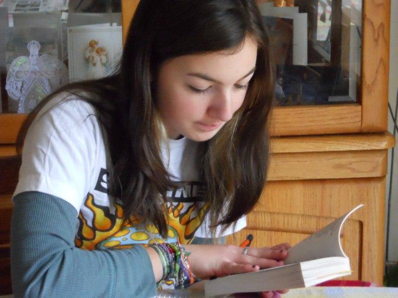 niña-estudiando-sola