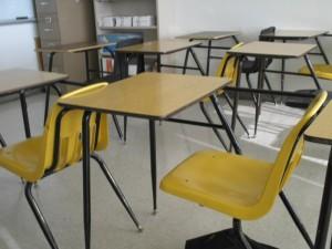 Imagen aula de primaria vacía
