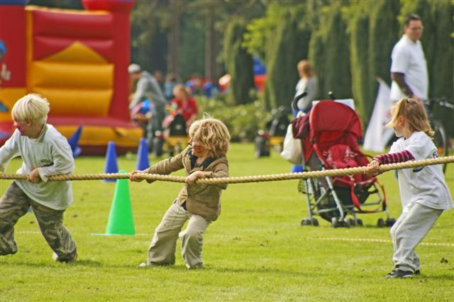 Niños participando en actividades extraescolares al aire libre