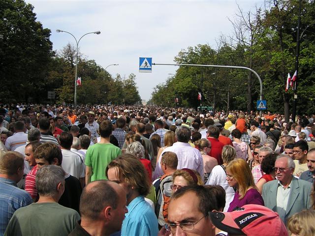 Quién se atreve entre la multitud a dar el primer paso