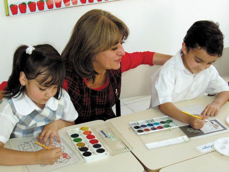 Madre realizando los deberes con sus hijos