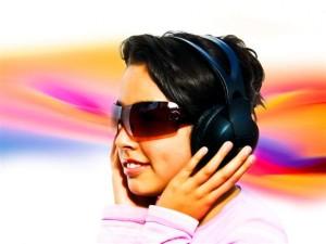 Chica escuchando música en auricualres