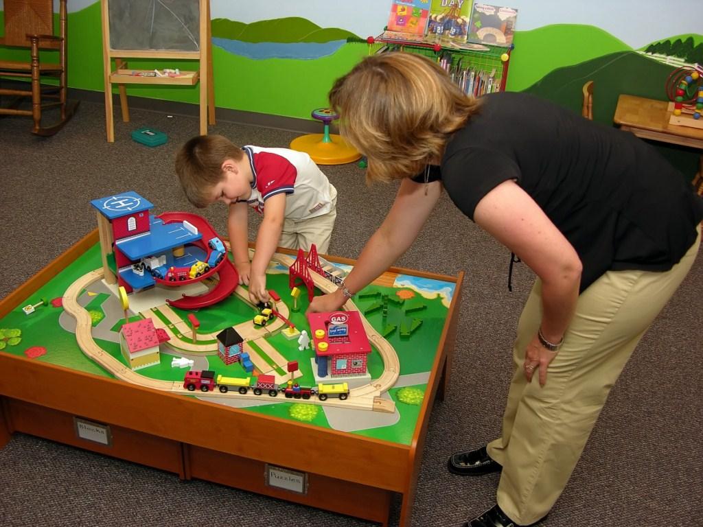 Orientadora educativa jugando con un niño de Educación Infantil